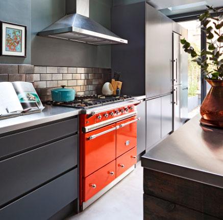 cocina con estufa de piso moderna